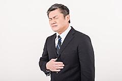 胃が痛い男性